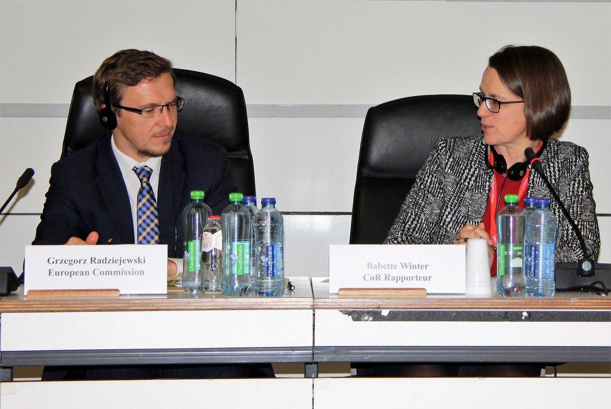 Staatssekretärin Dr. Babette Winter im Ausschuss der Regionen im Gespräch mit einem Kollegen.