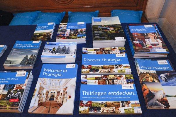 Eine bunte Vielfalt aus Broschüren und Give Aways im Freistaat Blau.