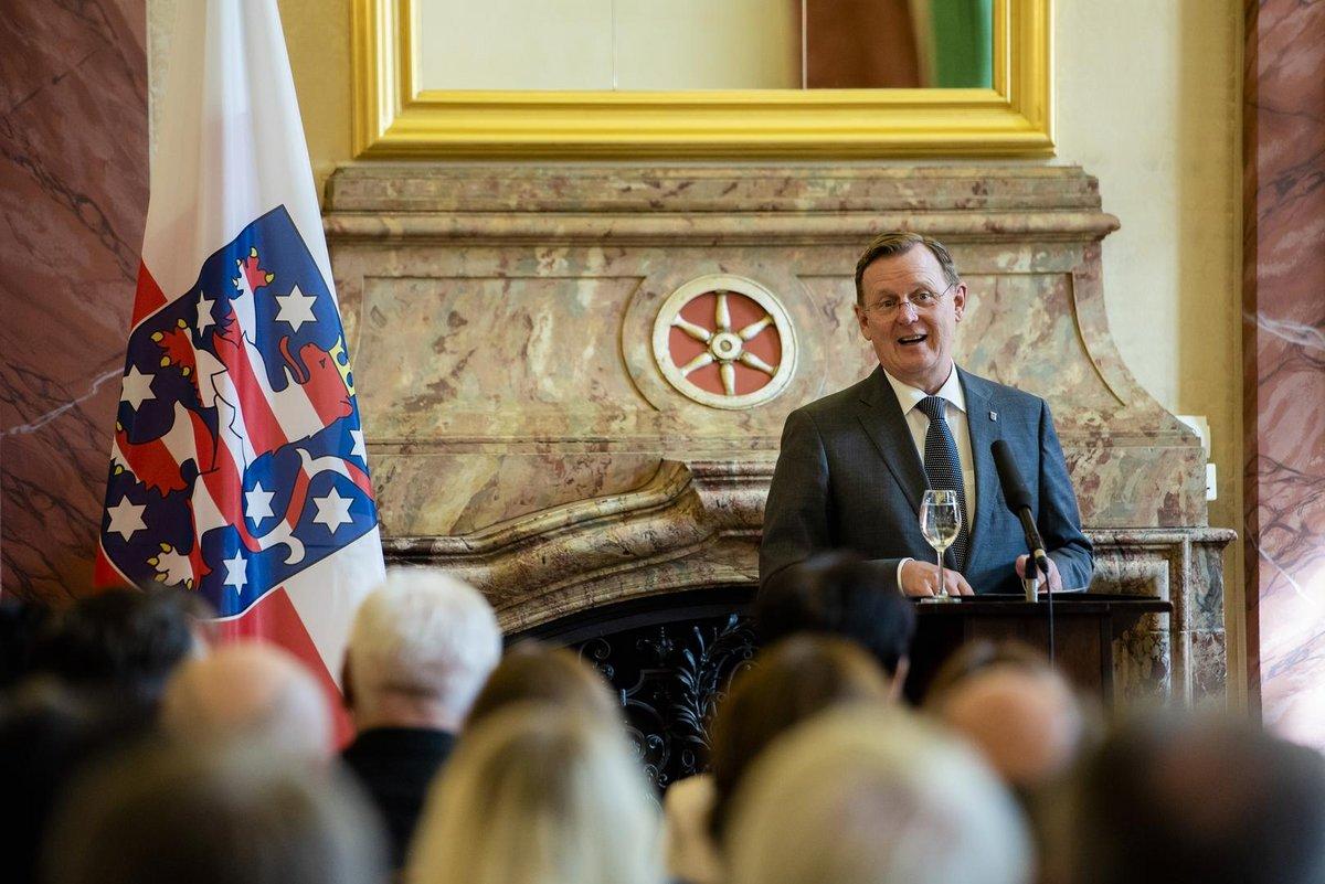 Ministerpräsident Bodo Ramelow hält eine Rede im voll besetzten Barocksaal der Thüringer Staatskanzlei.