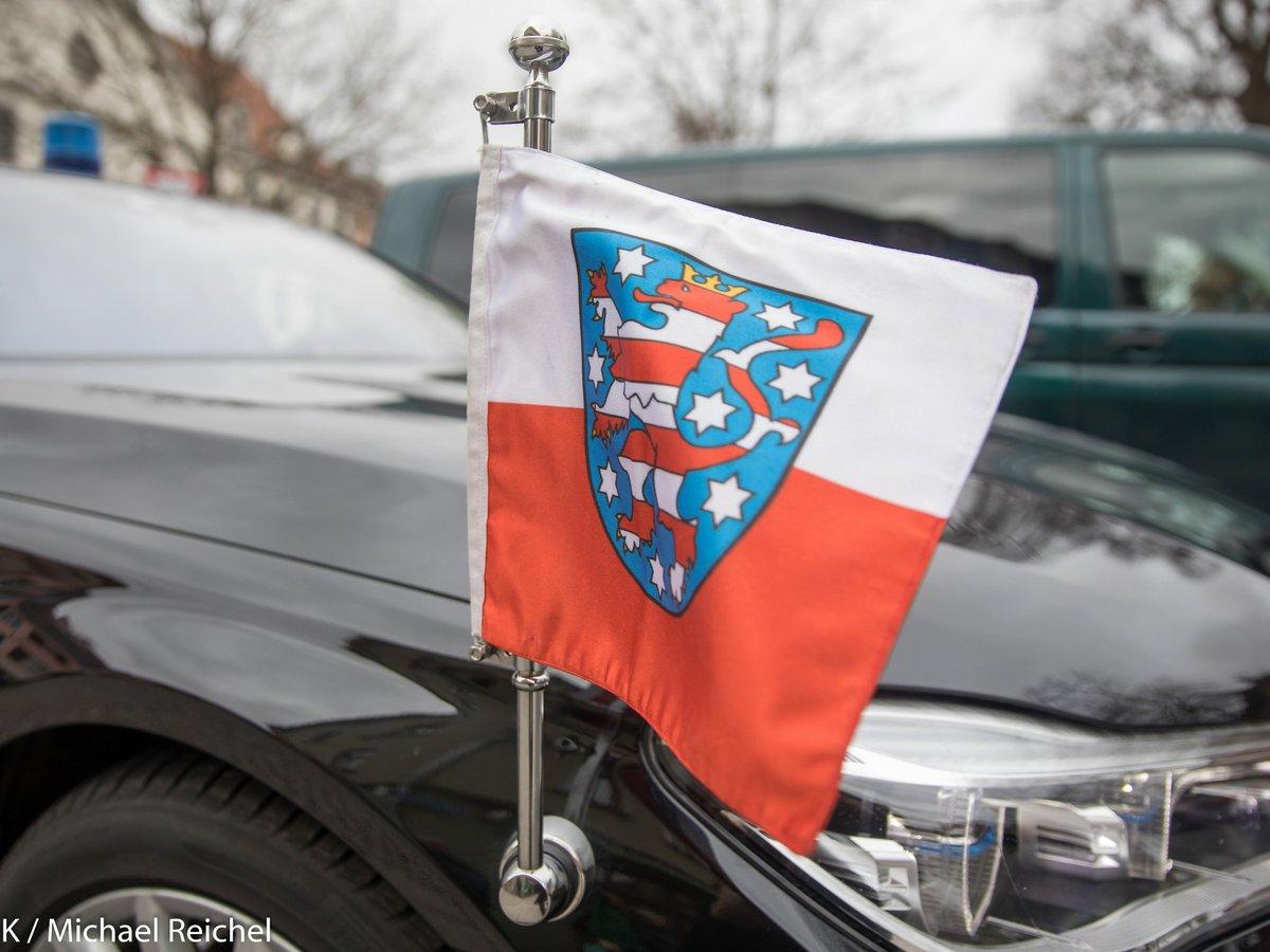 Die Flagge des Freistaats Thüringen aufgesteckt an einer Limousine.