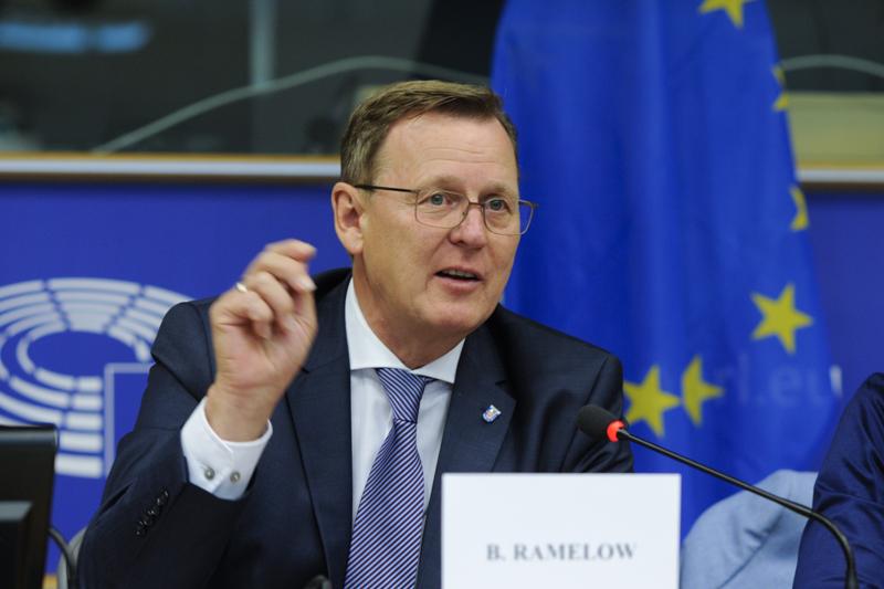 Ministerpräsident Bodo Ramelow sitzt vor einem Mikro, rundherum ist das EU Logo erkennbar.