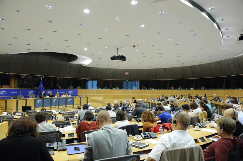 Ein Blick in den großen Plenarsaal, der Großteil der Plätze ist gefüllt.