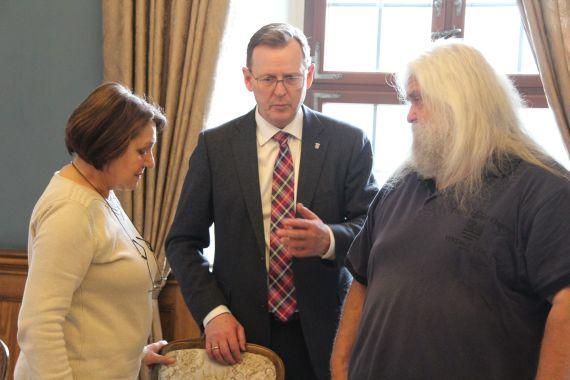 Ministerpräsident Bodo Ramelow im Gespräch mit Renate Ellmenreich und Peter Rösch