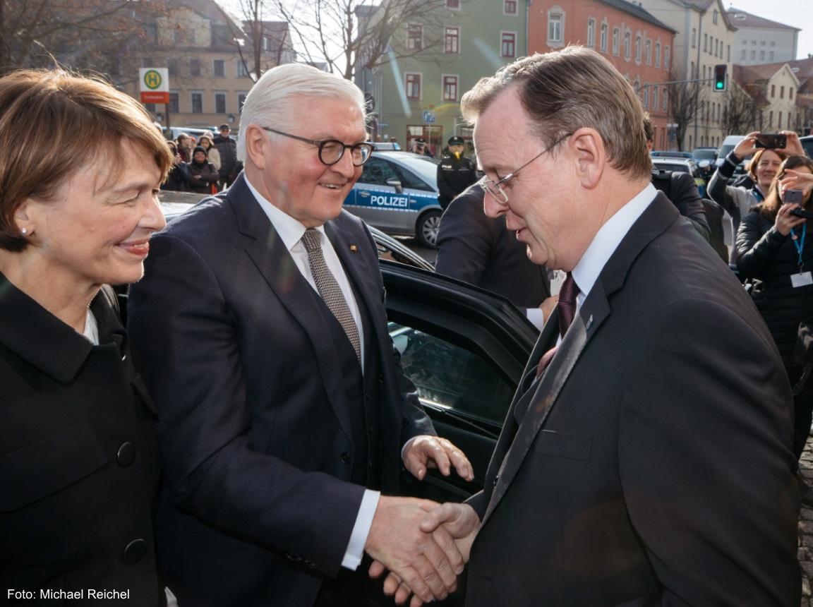 Der Ministerpräsident Bodo Ramelow begrüßt Herrn Frank-Walter Steinmeier
