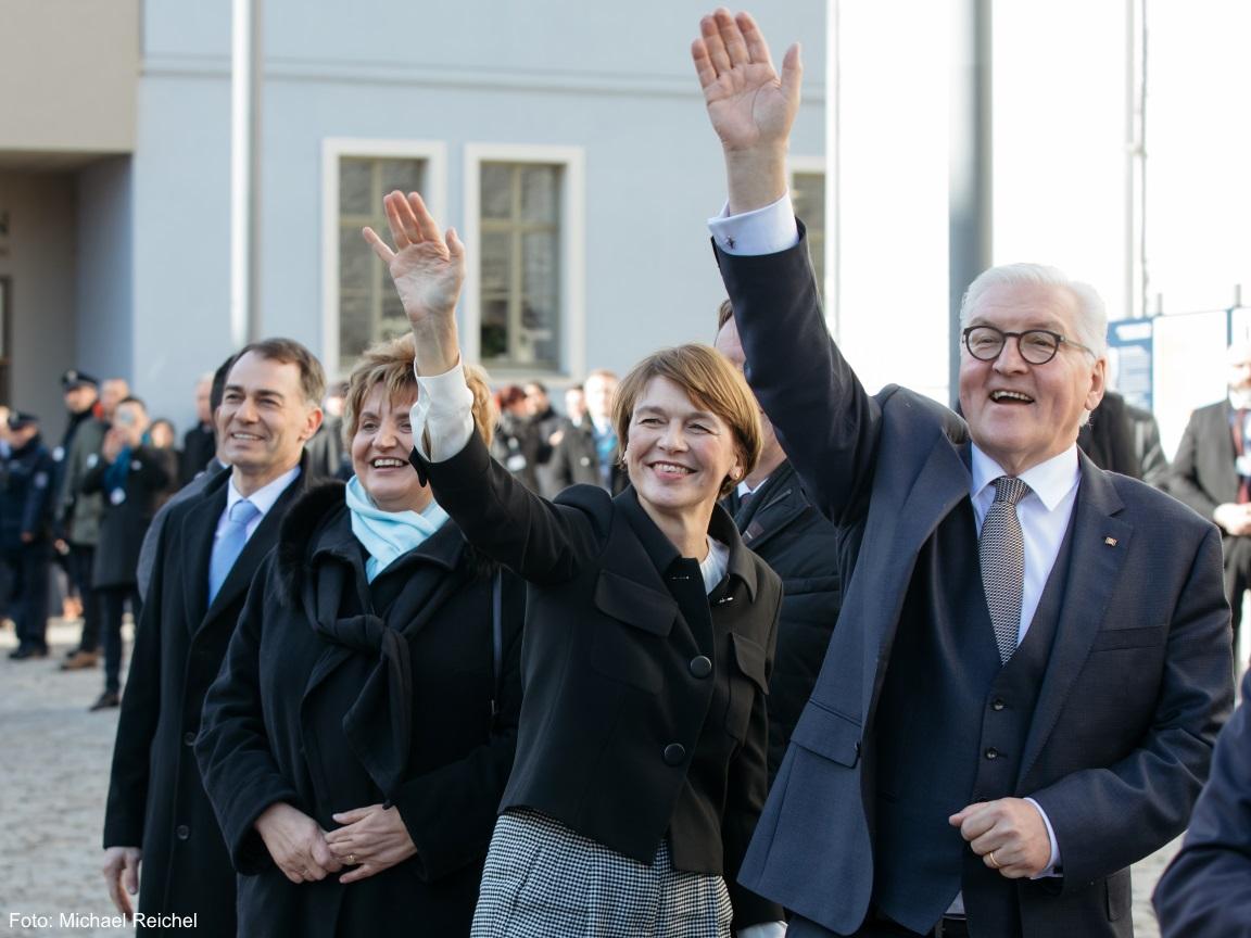 Der SPD Politiker Herr Frank-Walter Steinmeier winkt freudig mit einer Frau und dem Bürgermeister von Weimar den Weimarern zu.