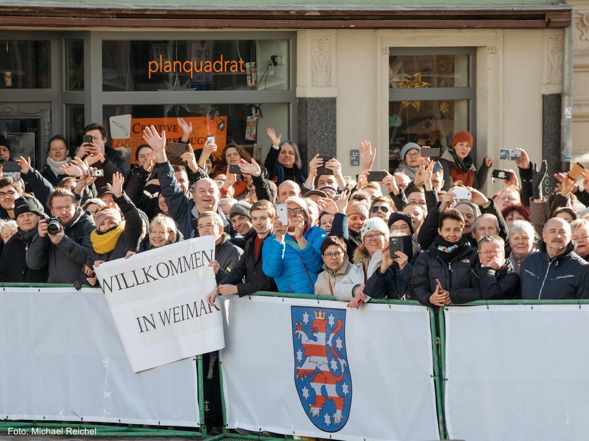Viele Weimarer winken den Politikern bei der Herderkirche freudig zu.