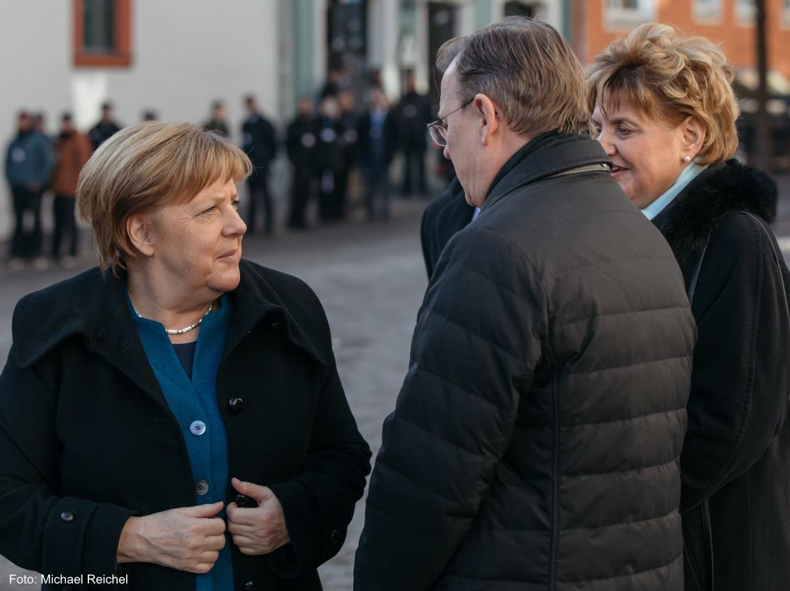Frau Angela Merkel mit dem Ministerpräsidenten Bodo Ramelow vor der Herderkirche in Weimar.