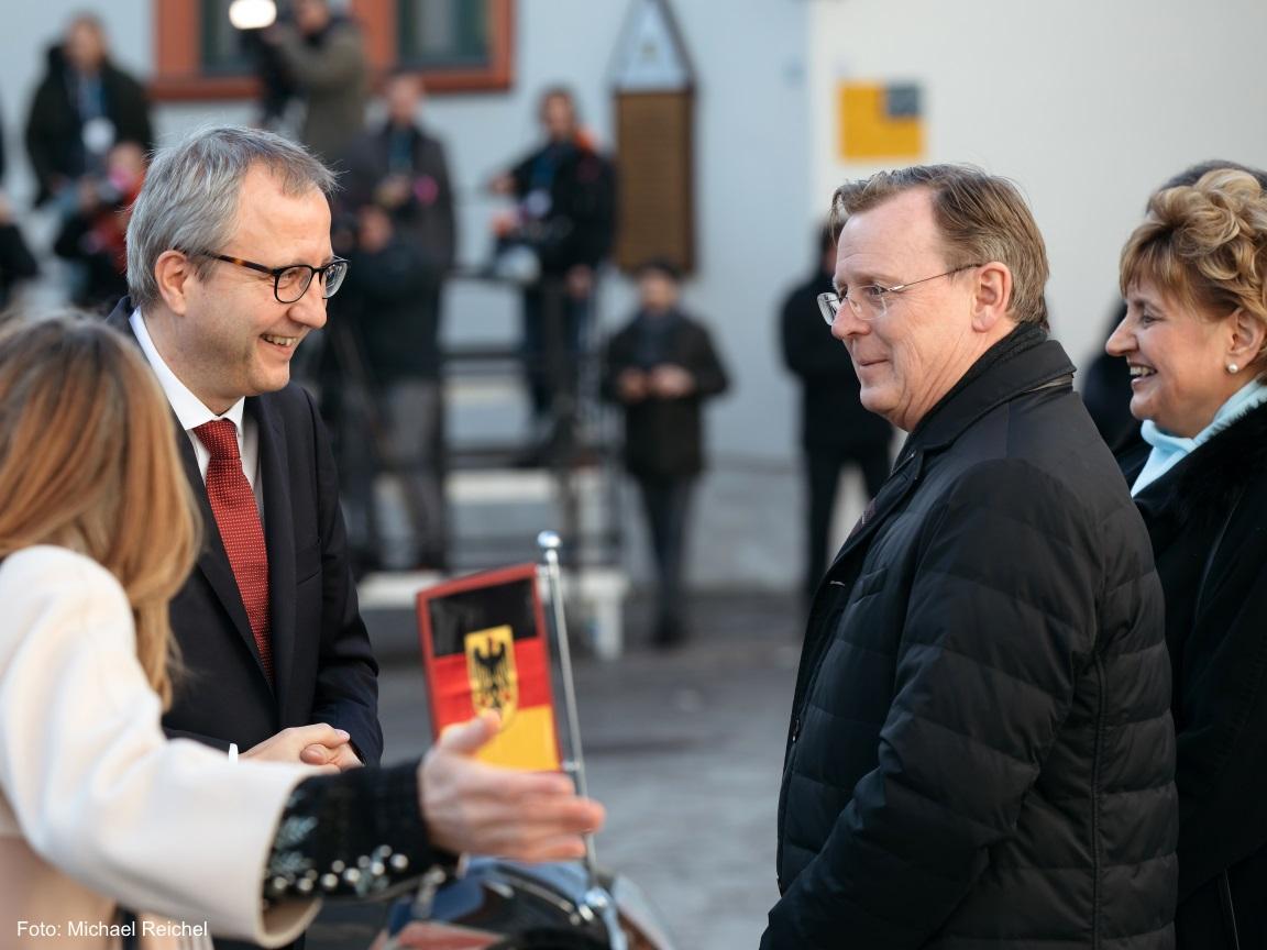Der Ministerpräsident Bodo Ramelow schaut glücklich aus dem Bild heraus.
