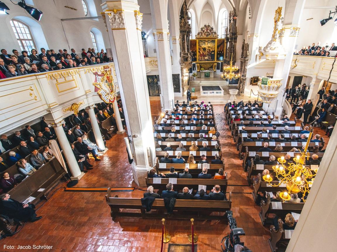 Die Herderkirche von oben während des Gottesdienstes.