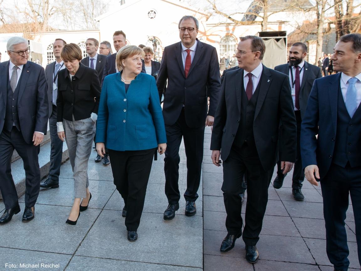 Die Bundeskanzlerin Angela Merkel und der Ministerpräsident Bodo Ramelow laufen Richtung Deutsches Nationaltheater und befinden sich in einer Unterhaltung.