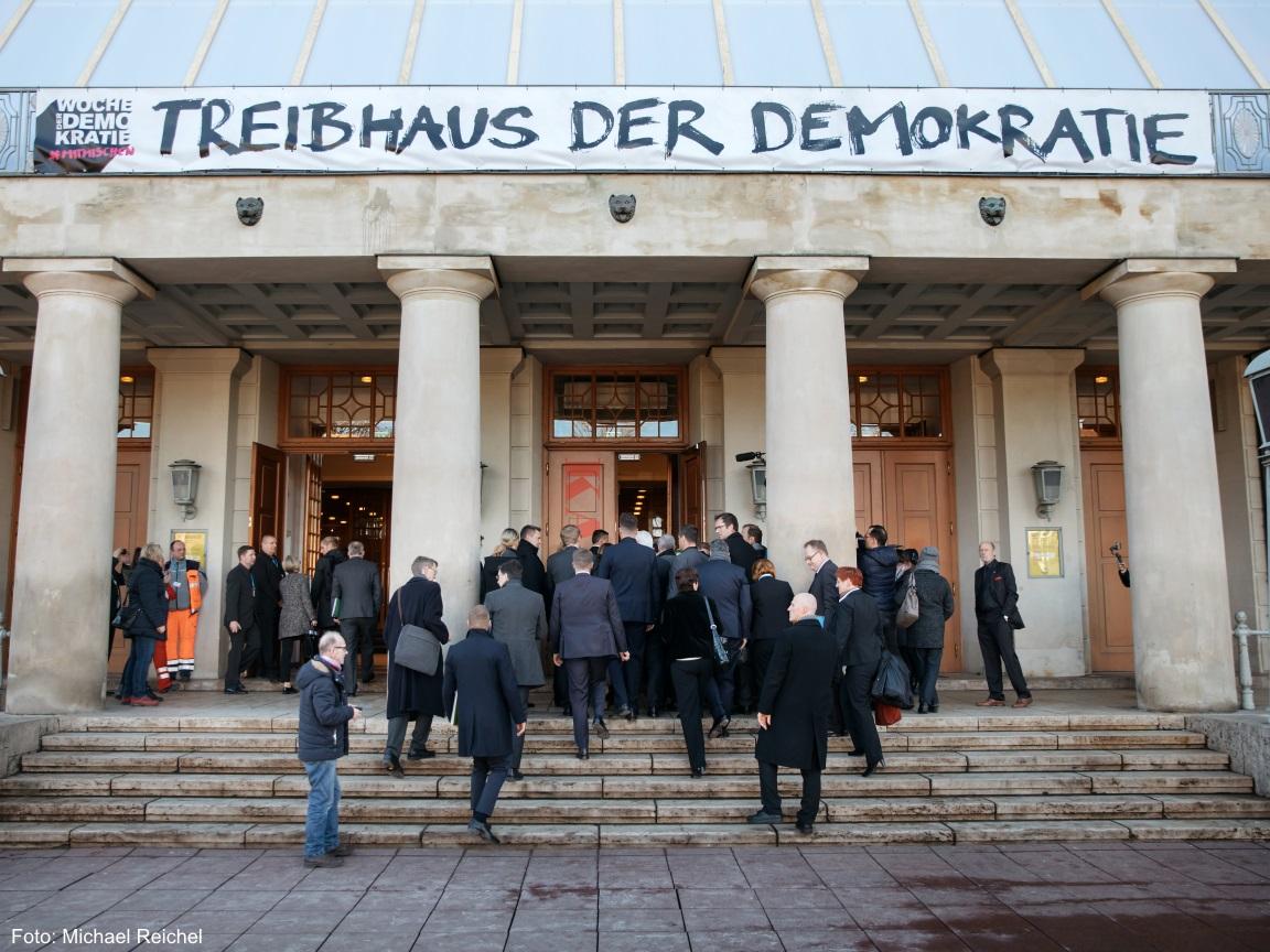 Eine Gruppe von Menschen geht in das Deutsche Nationaltheater in Weimar.