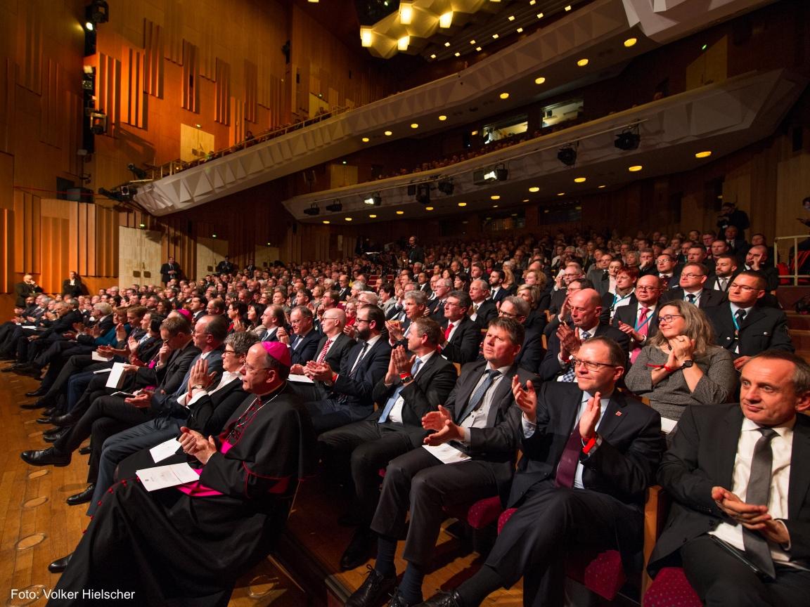 Die Zuschauer des DNT in Weimar applaudieren.