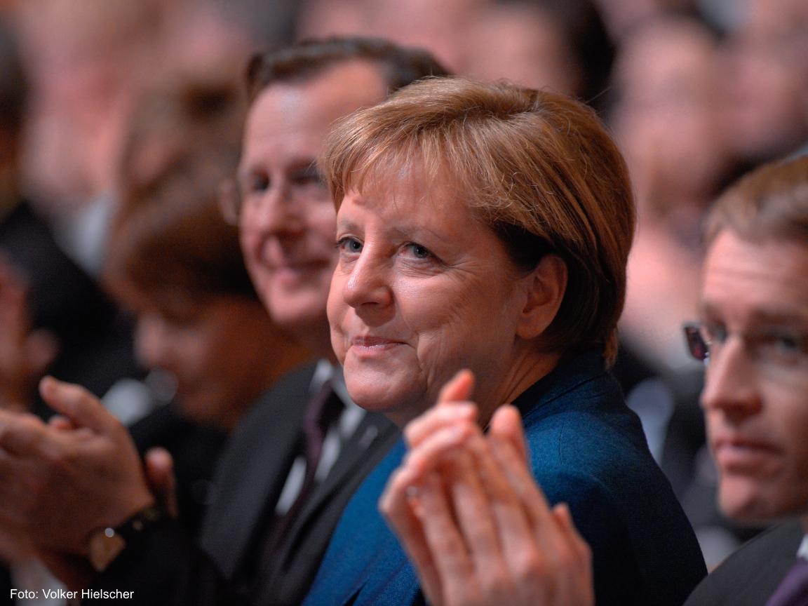 Die Bundeskanzlerin Angela Merkel applaudiert und lächelt.