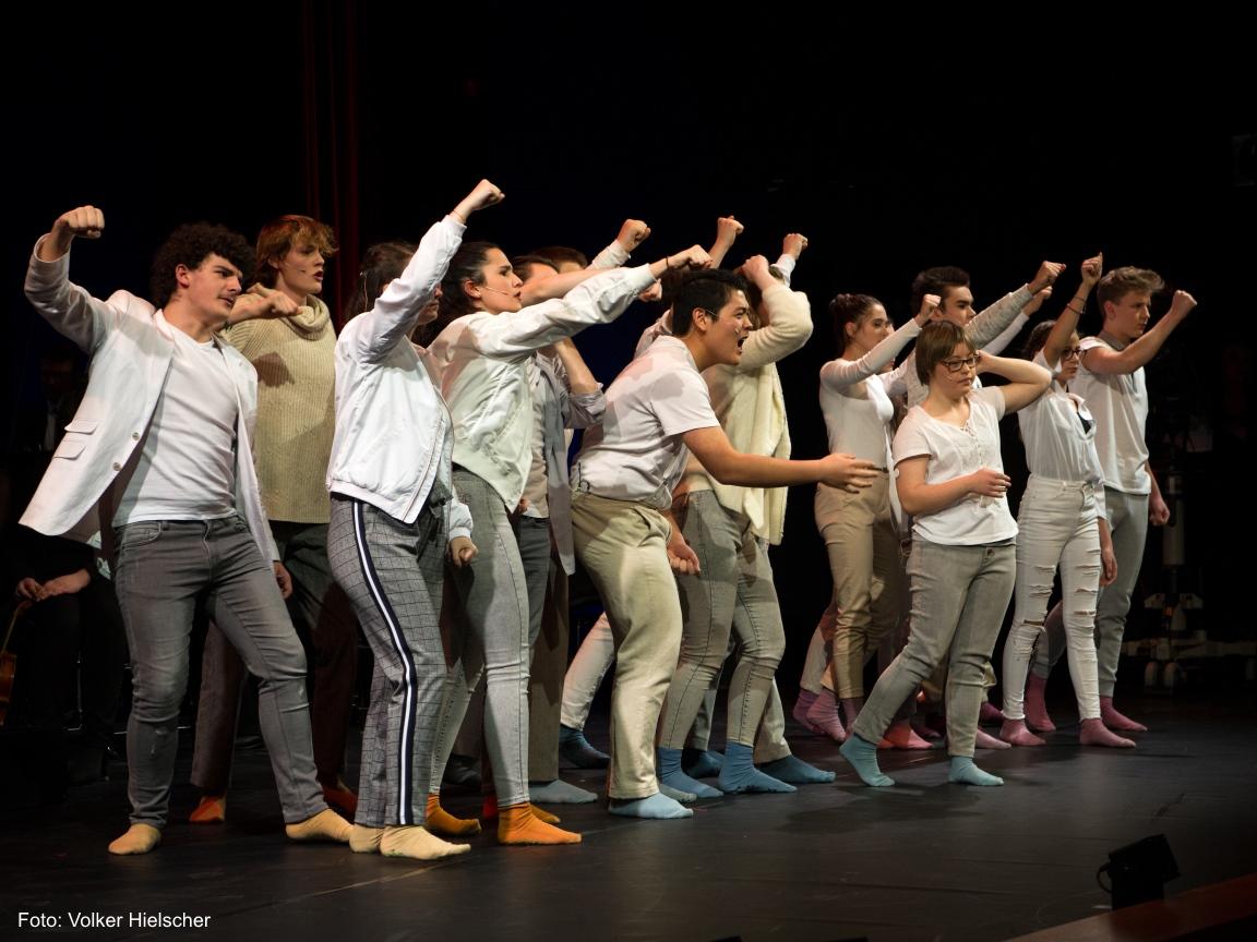 Schauspieler des DNT Theater in Weimar spielen auf der Bühne.