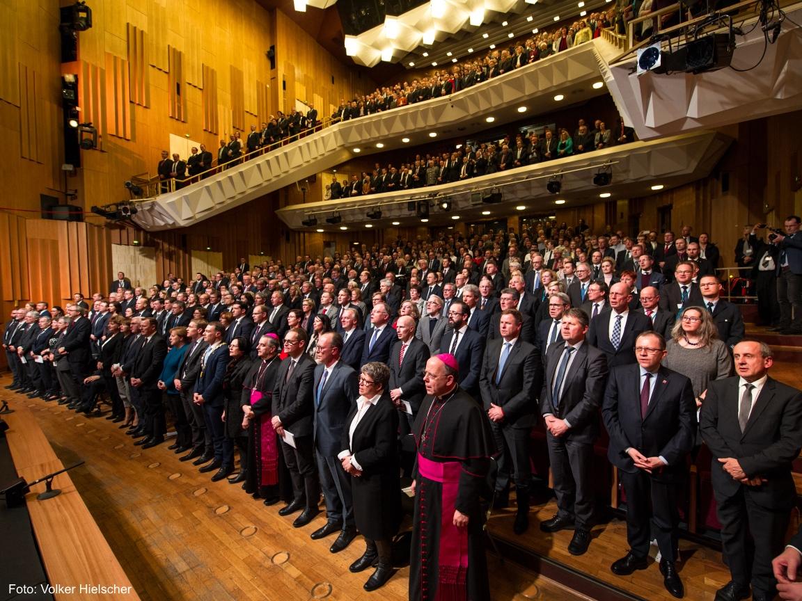 """Ein Gruppenbild mit allen Zuschauern der Veranstaltung """"100 Jahre Weimarer Reichsverfassung"""" im Deutschen Nationaltheater."""
