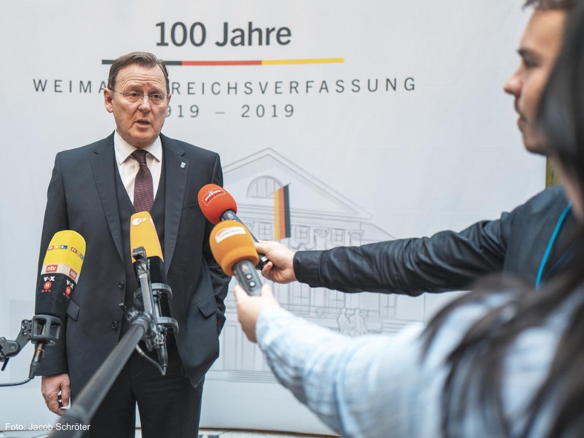 Der Ministerpräsident Bodo Ramelow gibt ein Interview an die Presse.