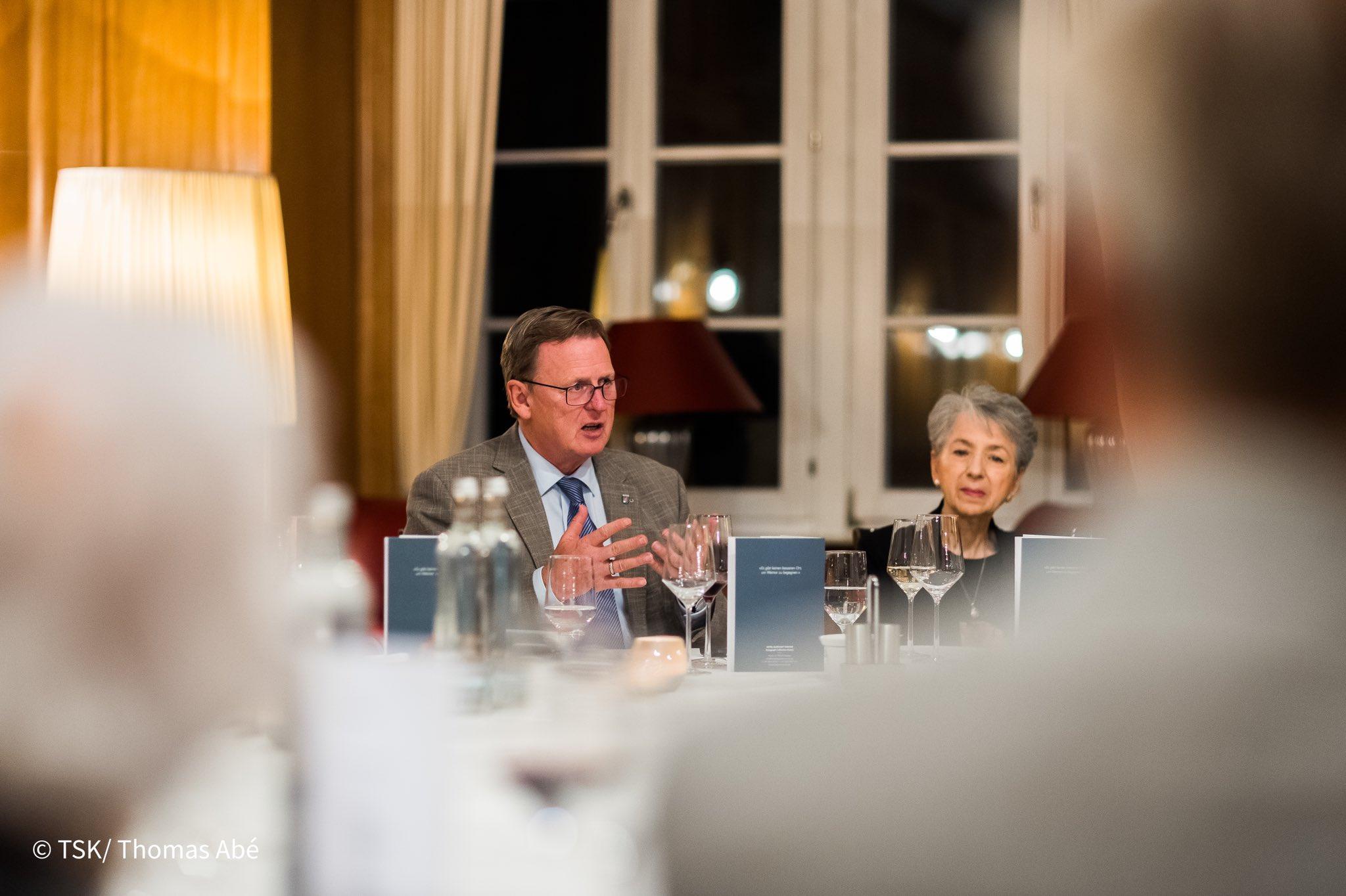 Ministerpräsident Bodo Ramelow führte ein Dialog im Rahmen eines Abendessens unter anderem mit fünf Personen, die den menschenverachtenden Wahnsinn des Holocaust überlebten